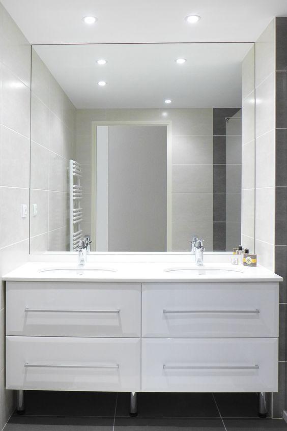 Double vasque de salle de bain dans les tons de blanc, carrelage