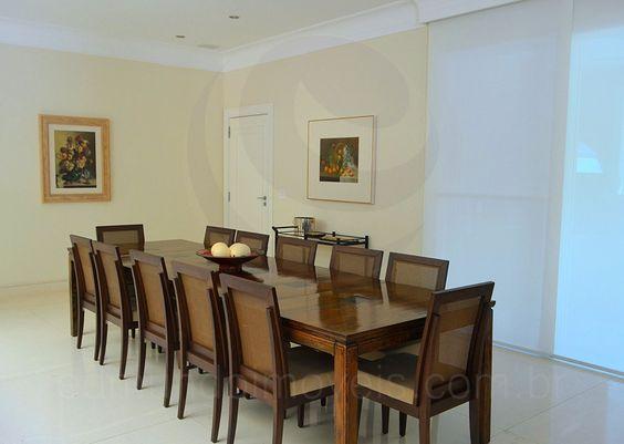 Uma porta lateral faz a conexão com a cozinha. Todo o espaço conta com climatização central, mantendo a temperatura sempre agradável.