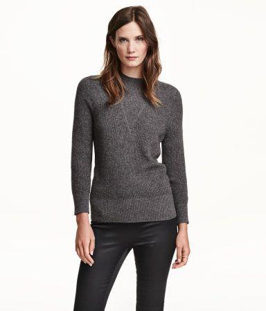 PREMIUM QUALITÄT. Fein gerippter Pullover aus Kaschmirwolle. Modell mit kleinem Stehkragen und langen Raglanärmeln. Bündchen an Ärmeln und Saum.: