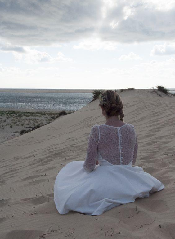 Beach wedding - guirlande de pompons - plage - mer - coucher du soleil - torches - robe - dentelle