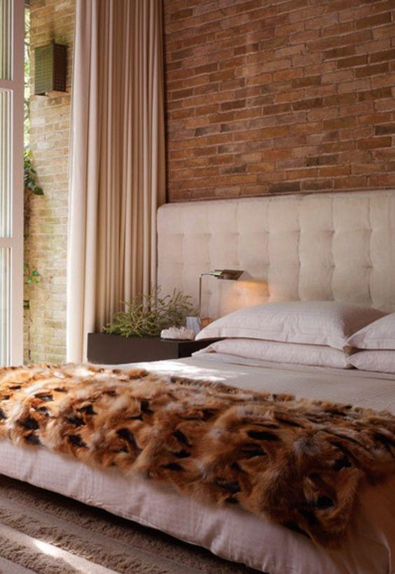 OUTONO À VISTA | paredes revestidas por tijolos à vista tendem a remeter o outono, quando combinadas com branco e demais tons terrosos.  #Outono #TecnisaDecor #Tecnisa Foto: CasaDeValentina: