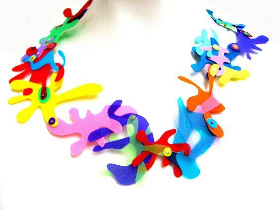 Detalle collar de plásticos reciclados x Anabel Vanoni By TIXINDA, México.