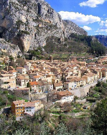 Moustiers-Sainte-Marie : l'un des plus beaux villages de France : A proximité du Lac de Sainte-Croix et des Gorges du Verdon, Moustiers-Sainte-Marie est connu dans le monde entier pour la finesse et la beauté de sa faïence. Mais ce village aux allures de crèche provençale possède bien d'autres attraits à découvrir.