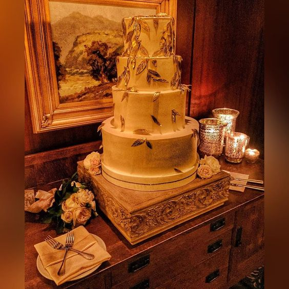 Loving these lavish leaves perfectly placed on this amazing wedding cake design by @dessertier  #lodgetorreypinesweddings #luxuryweddings #lajollaweddings #realweddings  #everafterevents #dessertier  Venue: @lodgetorreypinesweddings  Coordination: @everafterevents by lodgetorreypinesweddings