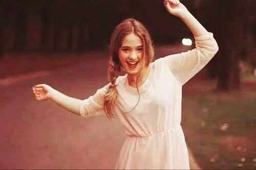 لا تثق بأنثى تضع حزنها جانبا و تمنح نفسها المرح دون الاستعانة باحد Art Girl White Dress Fashion