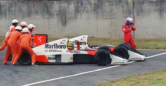 """A histórica batida entre Senna e Prost no GP do Japão de 1989 fechou de maneira amarga um ano de brigas entre os companheiros de McLaren. Senna ainda conseguiu voltar para a corrida, trocou o bico do carro e ultrapassou Alessandro Nannini na penúltima volta para cruzar em primeiro. Mas acabou desclassificado pelos comissários de Suzuka, que consideraram que o brasileiro """"cortou"""" a chicane após a batida. Senna perdeu as chances de título com a eliminação e Prost levou o tricampeonato"""