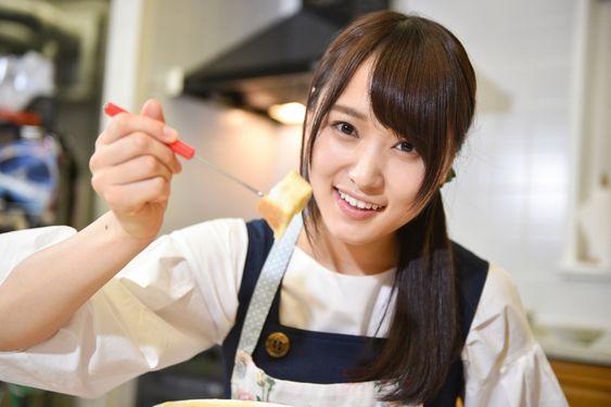 卵焼きを持つ菅井友香