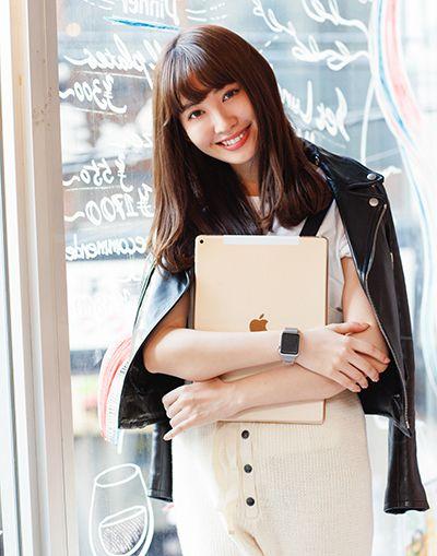 iPadを手に微笑むかわいい小嶋陽菜
