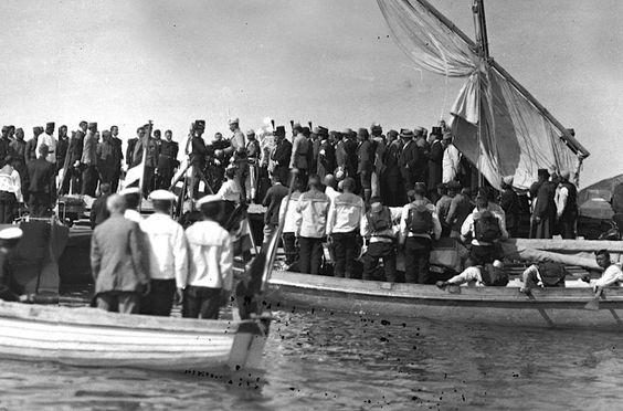 Arritja e Princ Vidit në Durrës, 7 mars 1914. Foto e marrë nga një kënd i veçantë. Në atë kohë në Durrës kishin ardhur plot korrespondentë të huaj dhe nga ajo datë ka plot fotografi.