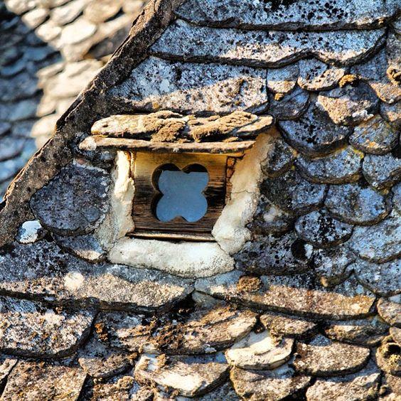 une joli petite fen tre sur un toit typique de l 39 aveyron