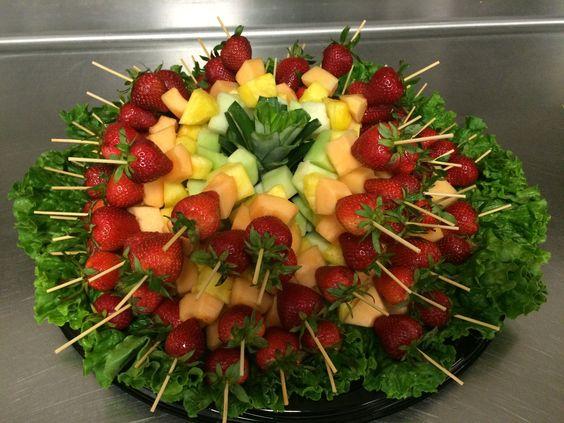 Este dise o de frutas es ideal para fiestas en grande como - Adornos de frutas para mesas ...