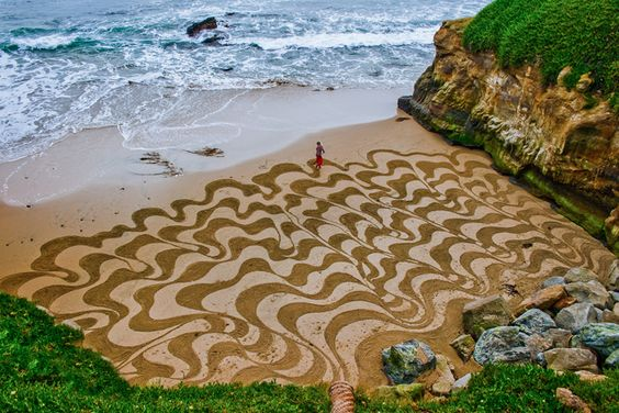 Arte de maré baixa O norte-americano Andres Amador faz pinturas de até 30 km nas praias da Califórnia