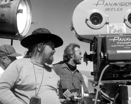 En 1973 Clint Eastwood dirigió su primer western, High Plains Drifter (Infierno de cobardes).La película trata un tema moral y sobrenatural que después sería emulado en El jinete pálido: un misterioso forastero (Eastwood) llega a una ciudad del oeste donde sus habitantes lo contratan para que los proteja de tres criminales que saldrán muy pronto de la cárcel. .
