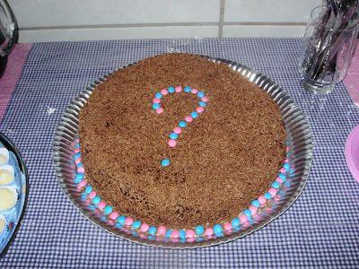 o bolo (de chocolate, decorado com confete azul e rosa) artes by Má