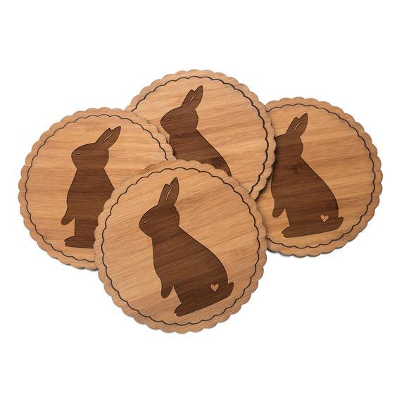 Untersetzer Rundwelle Kaninchen Hase aus Bambus  Coffee - Das Original von Mr. & Mrs. Panda.  Diese runden Untersetzer mit einer wunderschönen Wellenform sind ein besonderes Highlight auf jedem Esstisch. Jeder Gläser Untersetzer wurde mit viel Liebe handgefertigt und alle unsere Motive sind mit besonders viel Hingabe von unserer Designerin gestaltet worden. Im Set sind jeweils 4 Untersetzer enthalten.    Über unser Motiv Kaninchen Hase  Die Nagetiere sind bei Kindern wegen ihrer Größe, wegen…