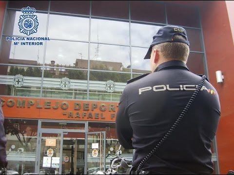 Dos policías salvan la vida a una chica de 18 años en la cornisa de un q...