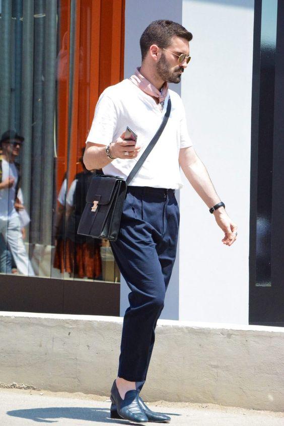 白Tシャツコーデの首元にスカーフをプラスしてエレガントに