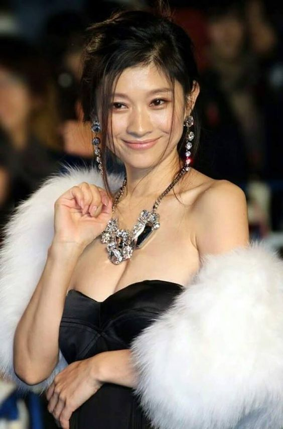 セクシーなドレス姿の篠原涼子