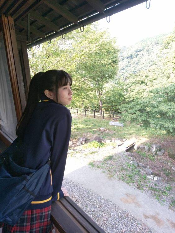 窓の外を見つめている桜田ひより