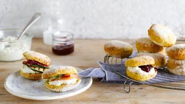 Zoete en hartige scones met zalm, courgette of hummus