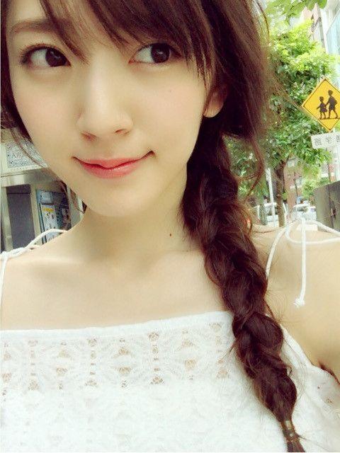 鈴木愛理サイドで編んだ三つ編みが可愛い