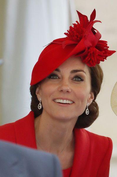 Avec la reine Elizabeth II et la famille royale britannique pour l'Ordre de la Jarretière à Windsor, Kate Middleton était radieuse tout de rouge vêtue.: