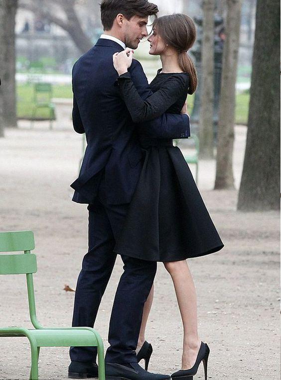 """Impossível pensar em Audrey Hepburn e não lembrar de seu vestidinho preto no clássico """"Bonequinha de Luxo"""", né? O LBD (abreviação de Little Black Dress), que aqui a gente pode chamar de """"pretinho básico"""", é uma ótima peça para se ter sempre no guarda roupa. É super coringa para aqueles momentos de indecisão, sabe? Vai da festa até o passeio..."""