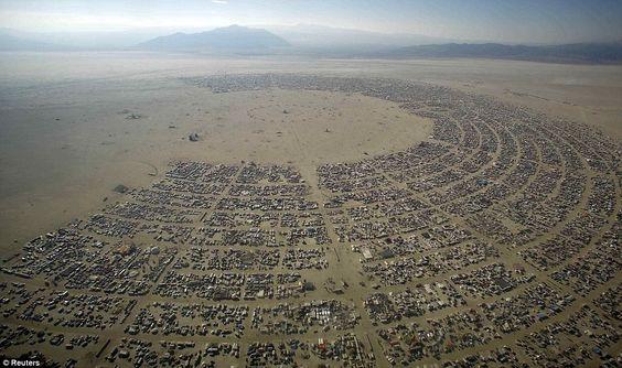 Burning Man Festival, em Black Rock City, Nevada No verão, cerca de 50 mil pessoas se reúnem no deserto de Nevada durante oito dias de caos. No local, aproveitam da diversidade de pessoas e aprendem a viver no deserto, mas em clima de festa. O evento acontece de 25 de agosto a 3 de setembro.