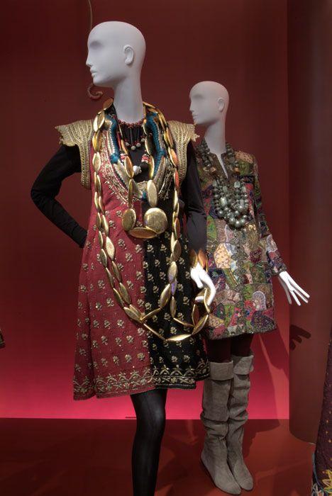 Sumergida en el diseño por más de 75 años, Iris Apfel es una leyenda viva del epítome...
