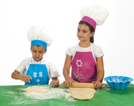 #DISFRAZ #PASTELERO. Ponte un divertido delantal para no mancharte de harina, porque una vez te metes en la cocina con tus niños, puedes terminar hasta arriba !! Si usas un gorro de cocinero parecerás un auténtico Chef. Tela bondy para el disfraz y harina, agua y un amasador para pasar una divertida tarde en casa. www.dobondy.com Síguenos en facebook; DO BONDY