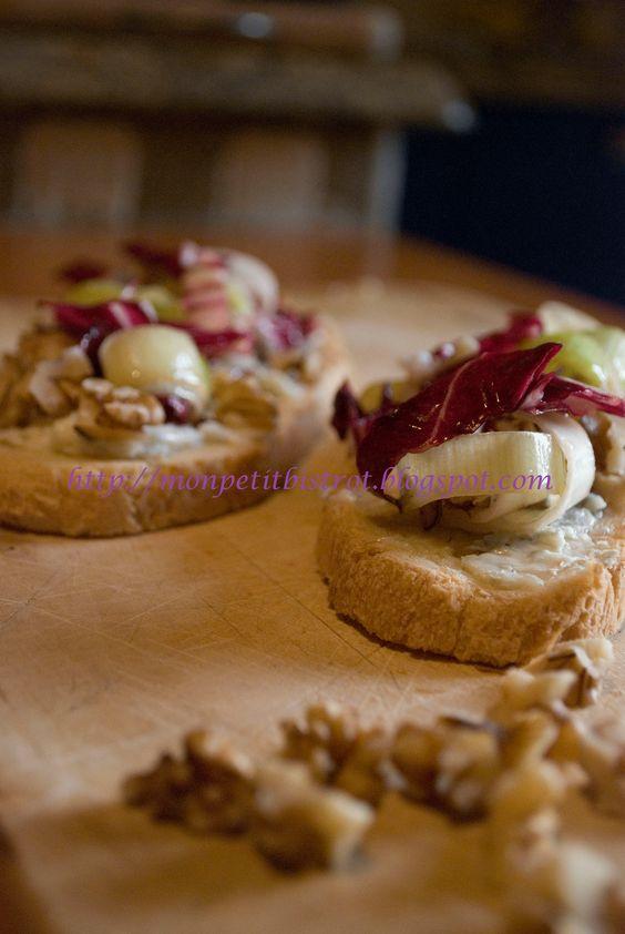 Ingredienti per 15 crostini  15 fette di pane abbrustolito 1 piccolo radicchio 1 porro gorgonzola noci olio d'oliva aceto di lamponi sale ...