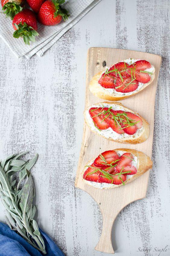 Strawberry Ricotta Crostini avec herbes fraîches est une lumière et apéritif d'été rafraîchissante qui est facile à préparer et parfait pour les clients.  Obtenir la recette du SavorySimple.net