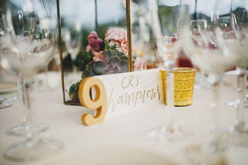 Wedding planner: Detallerie. Centros de mesa con farolillos dorados, flores de colores, suculentas y velas. números de mesa. Gold lanterns, colorful flowers, succulents and candles as centerpiece. Table numbers.