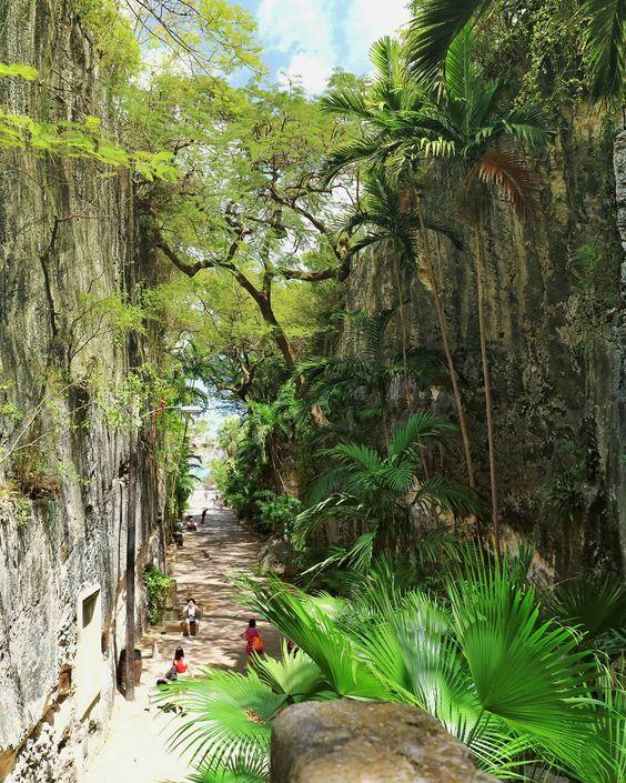 Die Anhöhe Bennett's Hill in Nassau erreicht man durch eine lange Schlucht, an deren Ende 65 Stufen den Hügel hinaufführen - die Queen's Staircase! Absolut sehenswert!