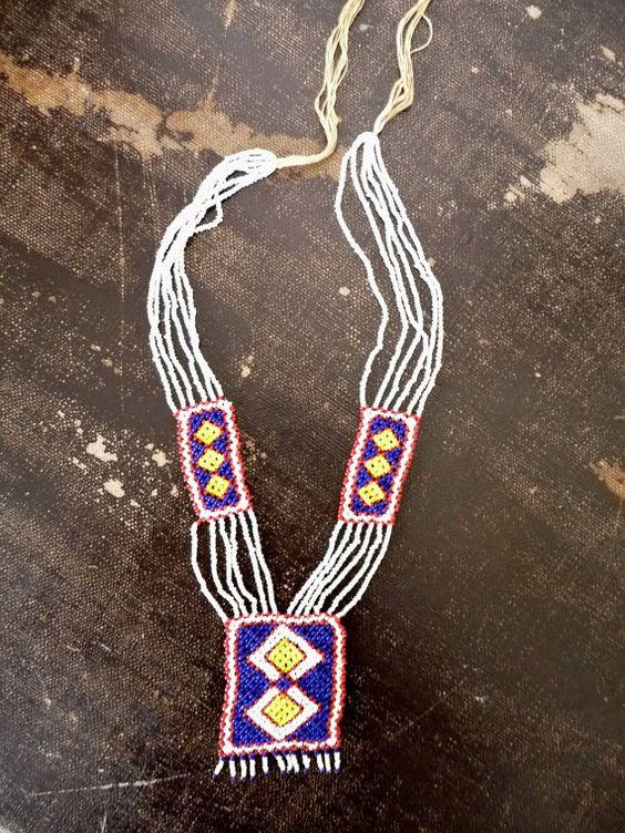 • Collier long vintage des années 70 en perles de rocailles. Jolis motifs géométriques. Se ferme par des fils à nouer sur la nuque. Artisanal, fait main.  • Longueur sans les fils à nouer : 37 cm / 14.6  • Condition : Excellent état vintage.  ------------------------------------------------------------------------------------------------ ✩ Dautres articles vintages ici: https://www.etsy.com/fr/shop/CeliaVintageStars?ref=hdr_shop_menu ✩