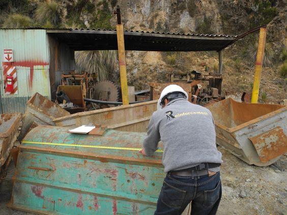 Colaborador tomando medidas de carrito minero