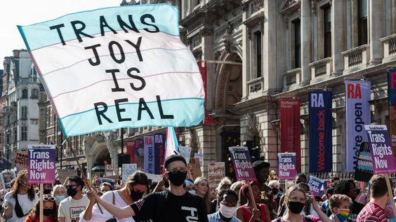 Las personas trans y aliadas marchan a lo largo de Piccadilly durante la segunda Marcha de Protesta Trans por la Igualdad de Londres, 12 de septiembre de 2020. Las personas manifestantes exigen el reconocimiento legal para las personas no binarias, el fin de las cirugías no consensuadas en personas intersex y una reforma progresiva de la Ley de Reconocimiento de Género del Reino Unido, la ley que rige la forma en que las personas trans adultas obtienen el reconocimiento legal de su sexo. (Foto de WIktor Szymanowicz / NurPhoto a través de Getty Images)