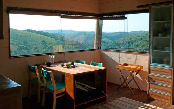 Vista para o vale da sala de jantar (De Cabana Arquitetos)