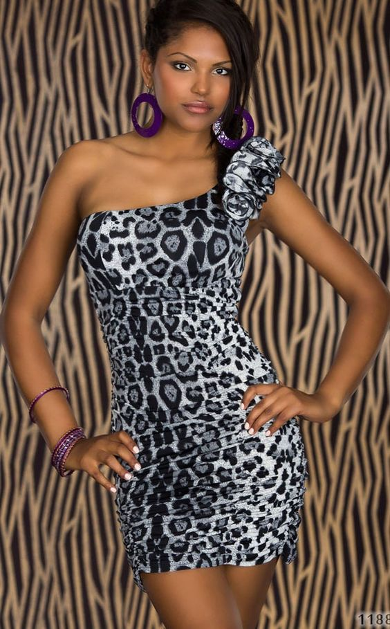 Vestido asimétrico un hombro leopardo gris Vestido con aspecto asimetrico con un diseño de un solo hombro. Cuenta con un busto corpiño para una silueta elegante y un diseño de linea imperio. El fruncido latera... Referencia: MX2557-1 Talla única. 19,75€