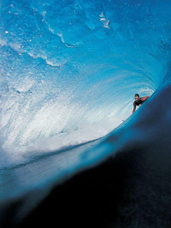 波のトンネルに入ったサーファー