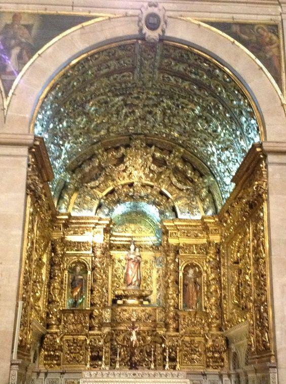 Um dos altares da Igreja de Sao  Roque, na cidade de Lisboa-Portugal.