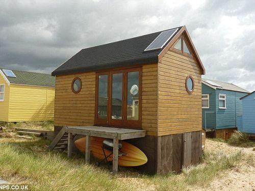 A casa, toda de madeira, na costa da Inglaterra: vendida, em dois dias, a 170 mil euros  Foto: Divulgação
