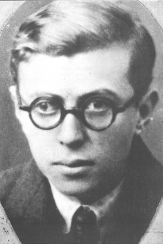young Jean Paul Sartre: Cuando Eran, Happy Birthday, Famosos Cuando, Readers Writers Film, Eran Jóvenes, Favorite Authors, Jean Paul Sartre, Beauvoir