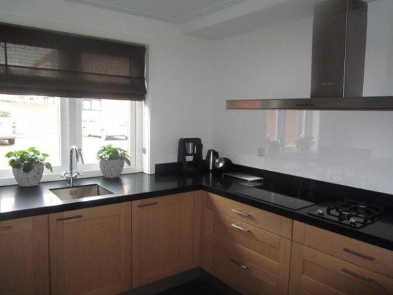 Massief eiken keuken zwart composiet aanrechtblad achterwand van gehard glas eetkamer - Keuken licht eiken ...