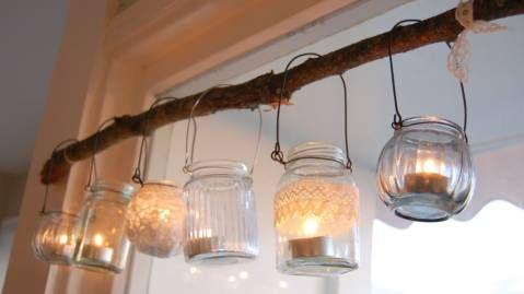 NYDELIG LYSREKKE: Vær kreativ - pynt noen krukker og heng dem opp med levende lys i! Foto: Cecilies Lykke
