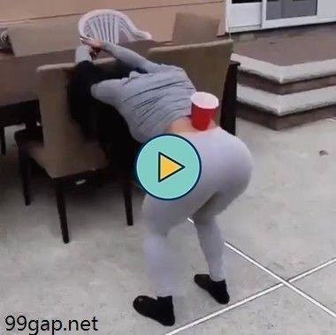 Com o copo nas costas sem cair