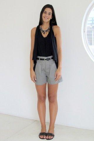 Bermuda e blusa NK Store, cinto Zara, rasteira Santa Lolla e colar GISELE AYRES.