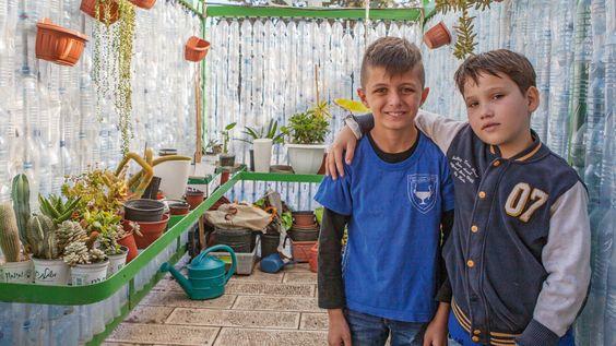 ISRAËL - Shady (9) en Yossef (10) uit Israël zitten op een bijzondere school, waar islamitische, joodse en christelijke kinderen samen les krijgen.