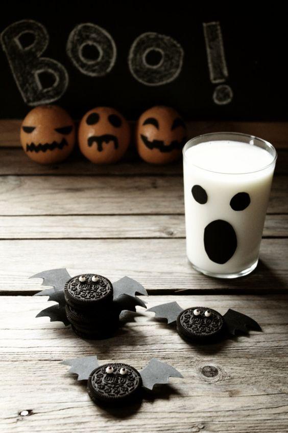 Para este Halloween divertida merienda con galletitas murciélago... muy fácil