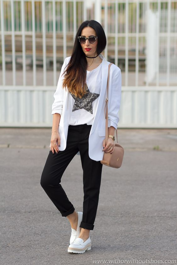 Look con zapatos cómodos mocasines blancos efecto brillante de Fratelli Rossetti chaqueta blazer remangada y pantalones de Zara